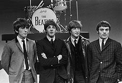6月4日「ROCK 今日は何の日?」1964年、ビートルズが初の本格的なワールド ツアー開始。初日のコペンハーゲンでは熱狂的なファンが殺到し、メンバーがステージ袖に一時避難するシーンもあった。リンゴ・スターは扁桃腺で倒れジミー・ニコルが代役を務めていたが15日から復帰を果たした。