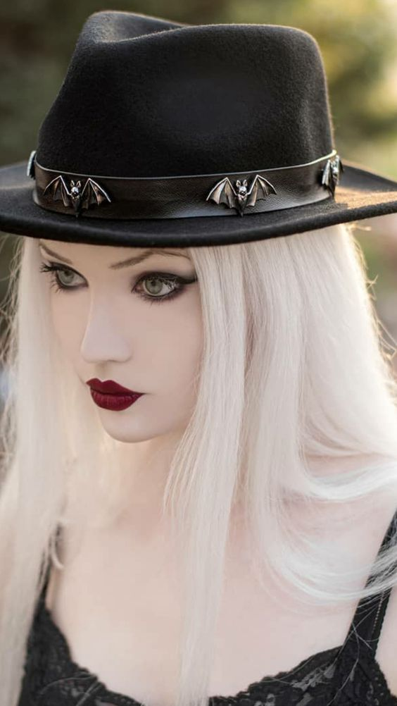 I am diggin' her hat.  #goth #gothic #gothicbeautypic.twitter.com/j6b22UQs3N