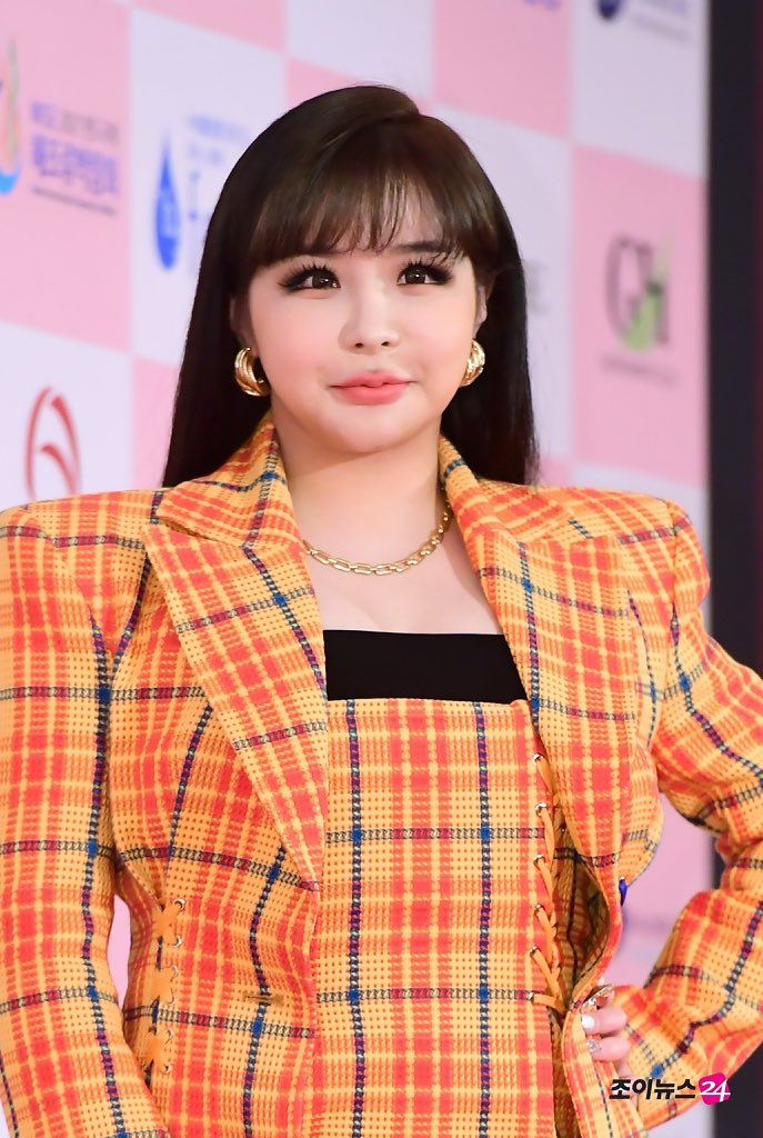 [COMEBACK] D-nation just confirmed Park Bom is having a comeback this autumn!   She's currently preparing her album <br>http://pic.twitter.com/JVWYNtdlDV
