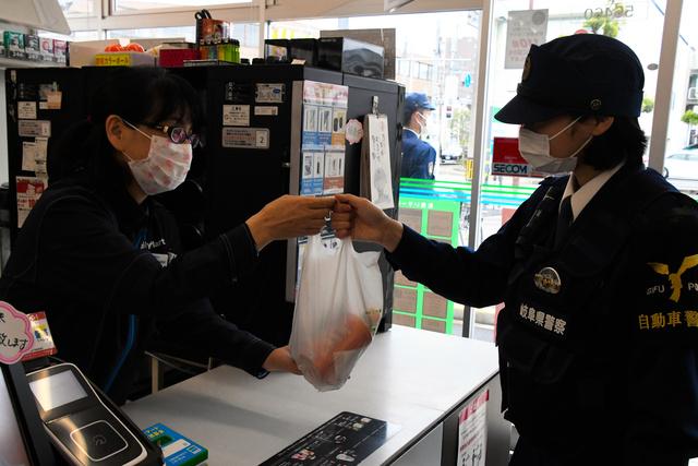 【犯罪抑止狙い】警官も制服でコンビニ利用可に 岐阜県警これまで、巡回の際はジャンパーの着用を義務づけており、飲食物の購入は非番時や休憩時のみに限定していた。制服のままで立ち寄り、強盗や万引きなどの抑止につなげたい考え。