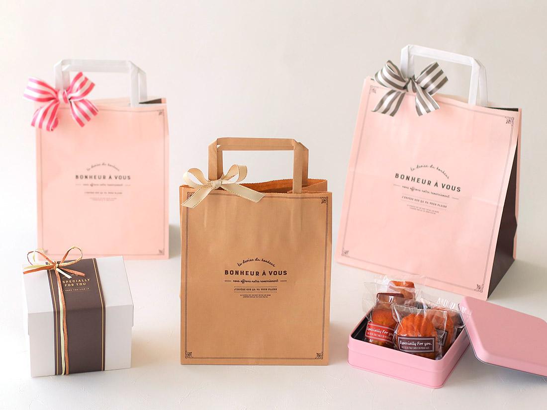 レジ袋有料化に合わせて、コッタも紙袋を作りました😊いろんなお店で使ってもらえそうな、上品で可愛い(甘すぎない!)デザインです。サイズも豊富にご用意しました♪