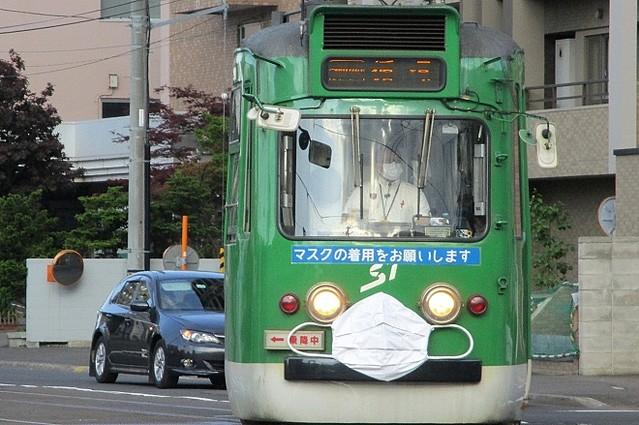 【マスク着用をPR】会えたらラッキー!マスク姿の路面電車 札幌市路上や停留場で遭遇する確率は18分の1。2眼の前照灯が目のように見えるため、旧型の車両を選んだという。