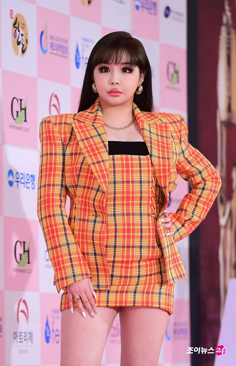 D-Nation Entertainment confirmed Park Bom's comeback in Autumn and responded to the huge wave concerning Bom's weight:   https:// entertain.v.daum.net/v/202006041047 52972  … <br>http://pic.twitter.com/9dWYCHp70K