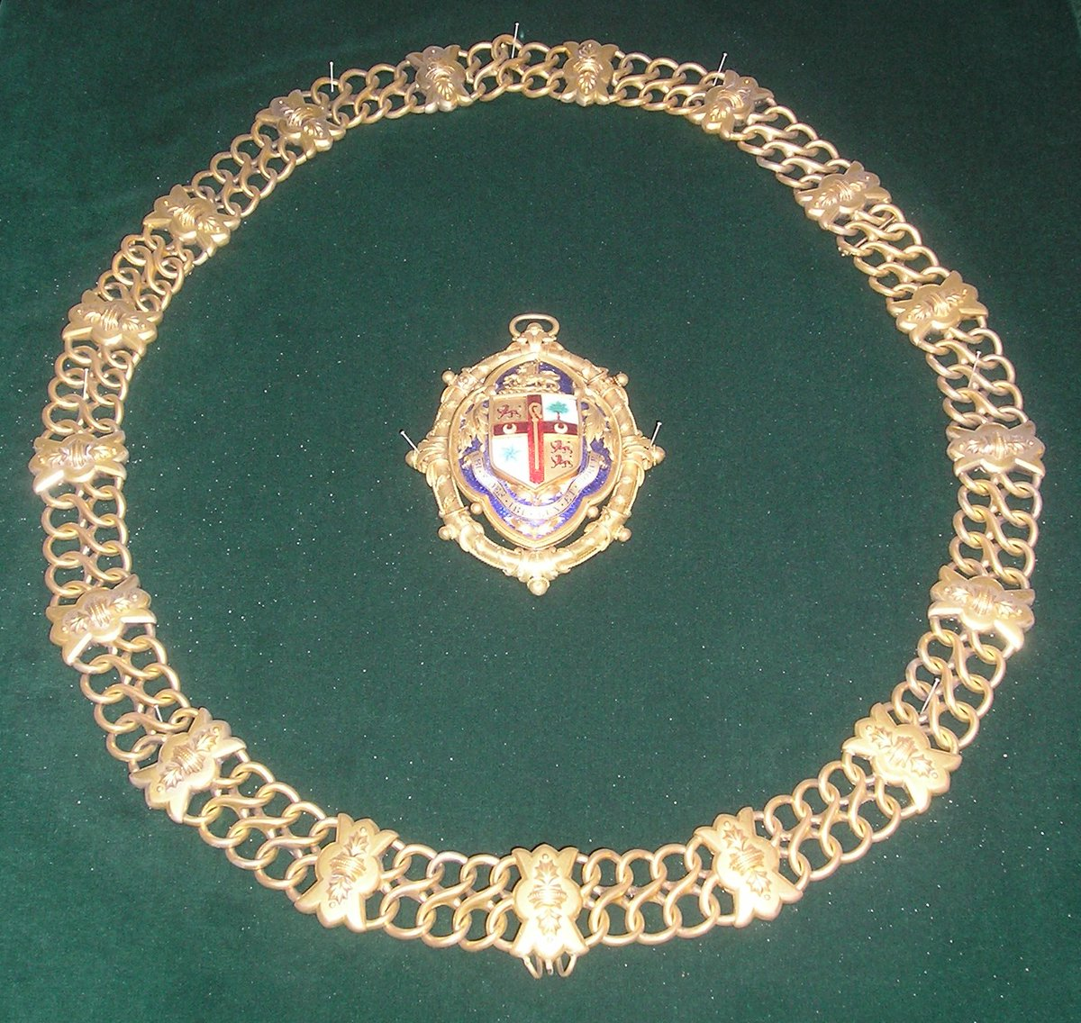 As a council museum some of our #BestBling is mayoral chains & badges - and we have heaps!  This is the chain & badge for the Borough of Birkenhead, incorporated into Wirral Council in 1974.  #CURATORBATTLE @YorkshireMuseumpic.twitter.com/M6JCFa0oVV