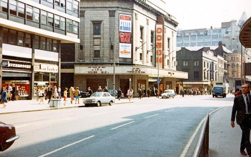 An image from the north of #OxfordRoadCorridor in the 1960's. The street was aligned with a mixture of #cafes, #restaurants, #cinemas & #newsagents. Who remembers the @ODEONCinemas on Oxford Street before it closed in 2014? What was your most memorable film?  #history #manchesterpic.twitter.com/YryAlyTJrE