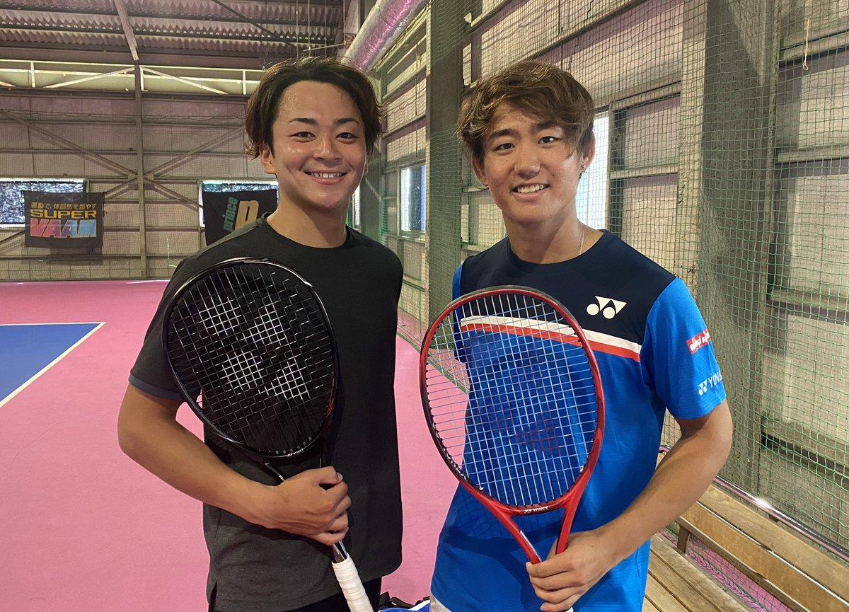 【ソフトテニス×テニス】 テニスの西岡良仁選手@yoshihitotennis と対決してきました! 2年前の対談で勝手に背中を押していただいたのですが、今回はお互いプロという立場でお会いできて嬉しかったです☻  後日YouTubeにアップします✅ とても楽しい撮影でした📸 西岡さんありがとうございました😊 https://t.co/UPFdg8qt3h