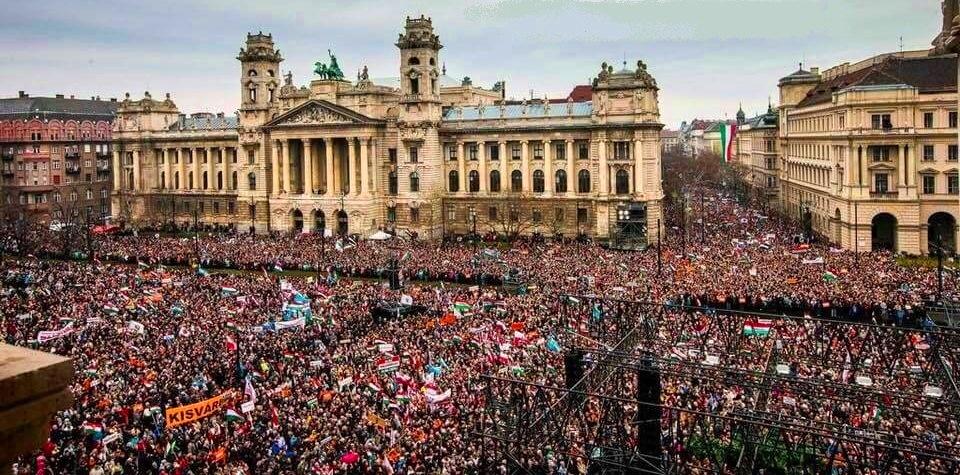 """🇭🇺ORBAN-FANS in Budapest, (Foto zwar schon etwas älter), aber solche Fotos bekommt ihr in """"unseren"""" Medien nie und nimmer gezeigt!🇭🇺 https://t.co/aKS28jY8VS"""