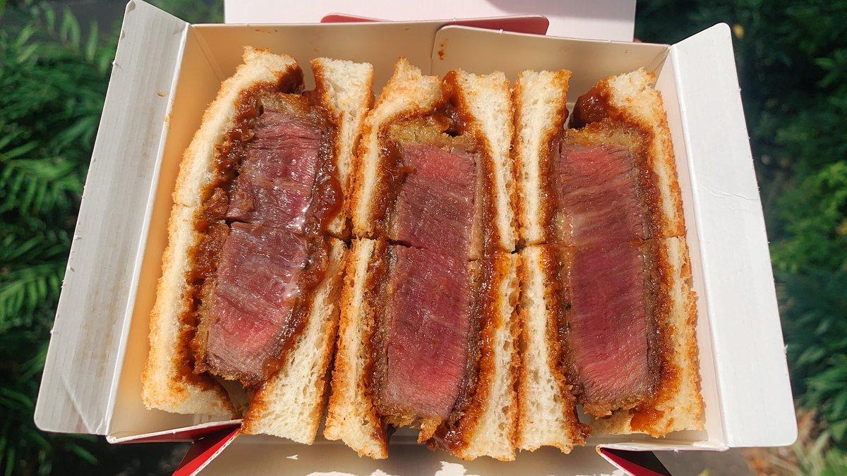 【銀座サンド】@東京:銀座駅から徒歩4分ミディアムレアに焼き上げた「特撰国産牛ヘレカツサンド」をテイクアウトできるお店肉の脂がツヤツヤ輝いて見えるお肉は厚みがあって旨味抜群!自家製デミグラスソースがパンとお肉にマッチして食べる勢いは止まらない!肉食系にはたまらない逸品です!