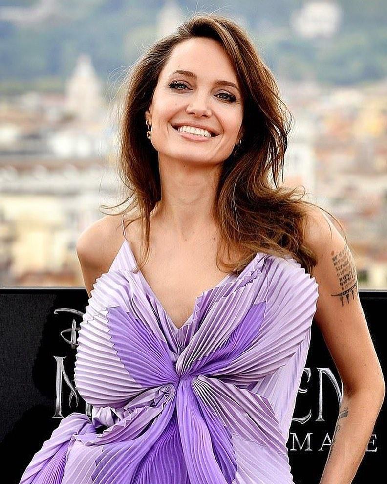 Wishing a very Happy Birthday to the gorgeous Angelina Jolie. 🎂 🥂 🎉 🥳❤️ . . #AngelinaJolie #HappyBirthdayAngelinaJolie https://t.co/C33E24pZBx