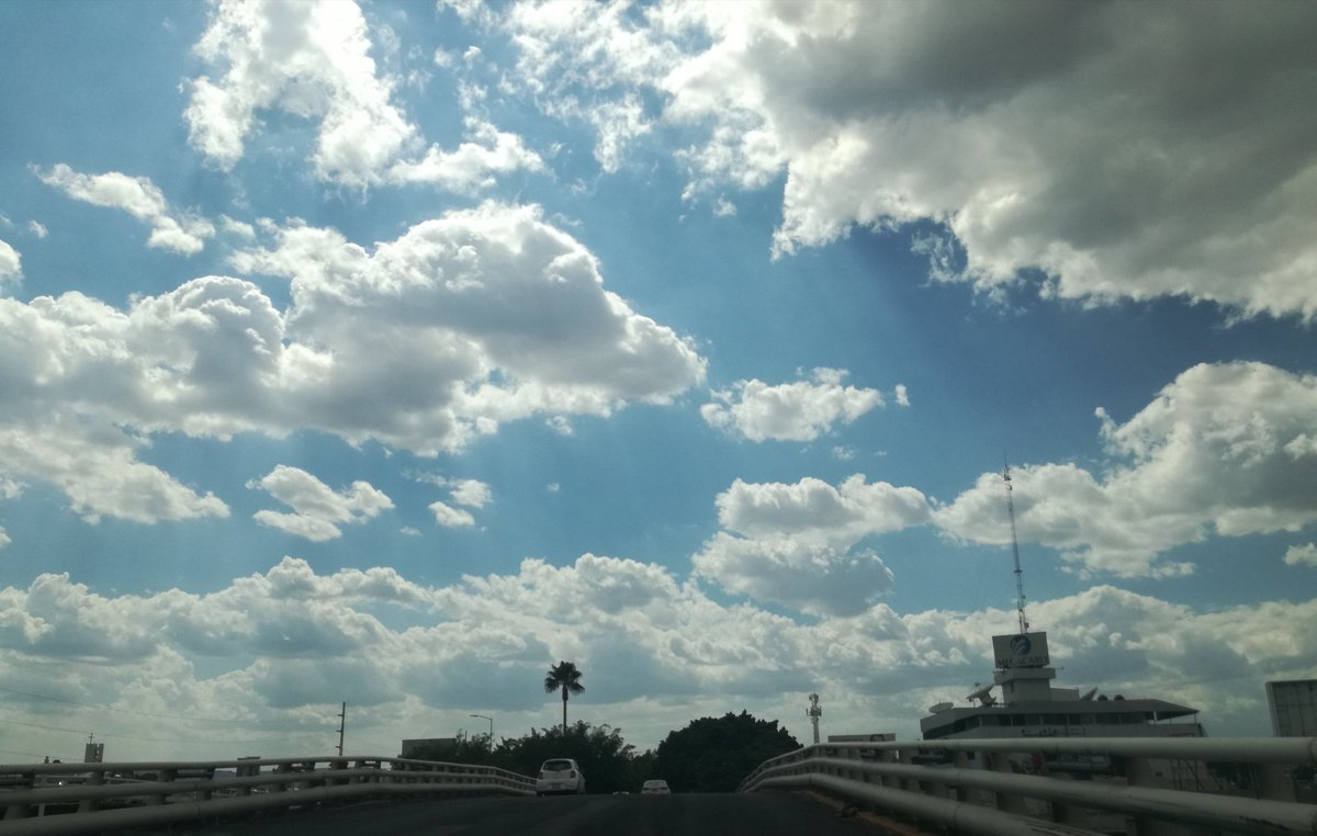 #Atardecer entre #nubes en #Guadalajara https://t.co/VleIoYRigd