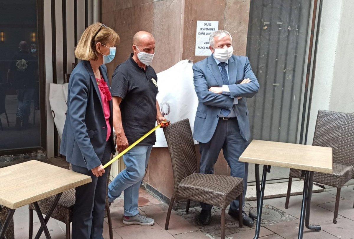 Phase 2 du #Deconfinement Josiane Chevalier est allée à la rencontre des hôteliers et restaurateurs, à #Strasbourg, pour évoquer la réouverture de leur secteur d'activité accompagnée de @ccialsace et de @UMIH_France. ➡️Respect de la mise en oeuvre des mesures barrière. https://t.co/RO9VYkITwX