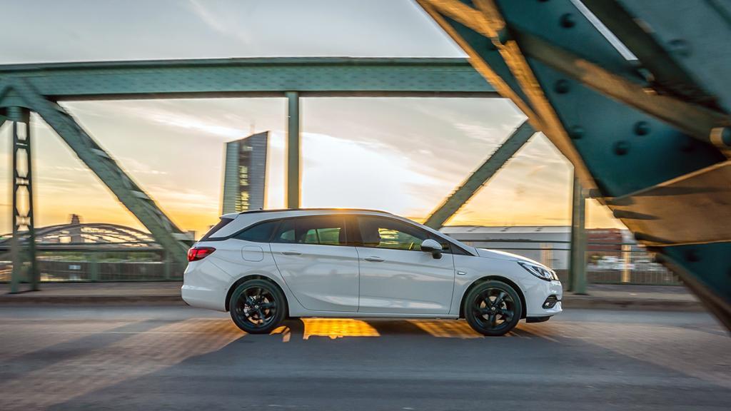 Sonnige Aussicht auf den #OpelAstra Sports Tourer. Sofort verfügbare Modelle im OpelStore entdecken: s.opel.com/57fx3