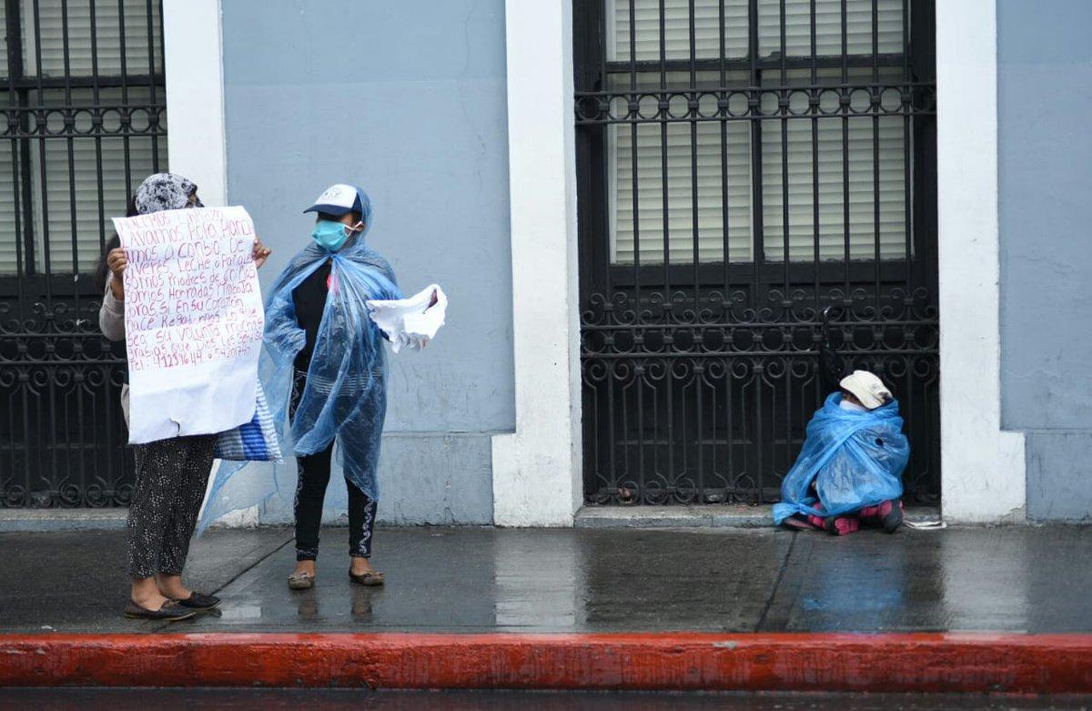 Algunas personas afectadas por la pandemia continúan pidiendo ayuda en las calles del centro histórico, a pesar de la lluvia. Foto: Alex Cruz.