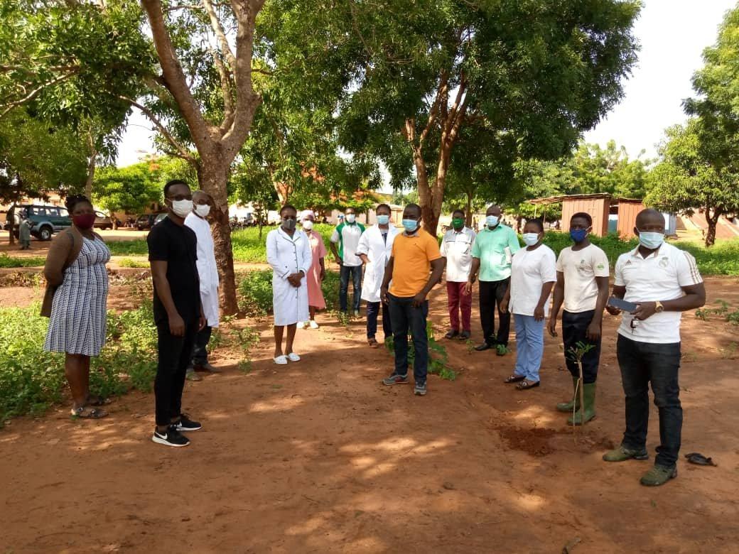 """@Atj2E_Tg a procédé ce mercredi en partenariat avec l'Association """"reboisons vite le Togo"""" à la mise en terre de 200 plants de #KhayaSenegalensis  et d'hévéa à la polyclinique d'Agoe Demakpoe dans le cadre de la journée de l'arbre observé chaque  #1erJuin au #Togo. @loiclawson1 https://t.co/2yfY0SOOCg"""
