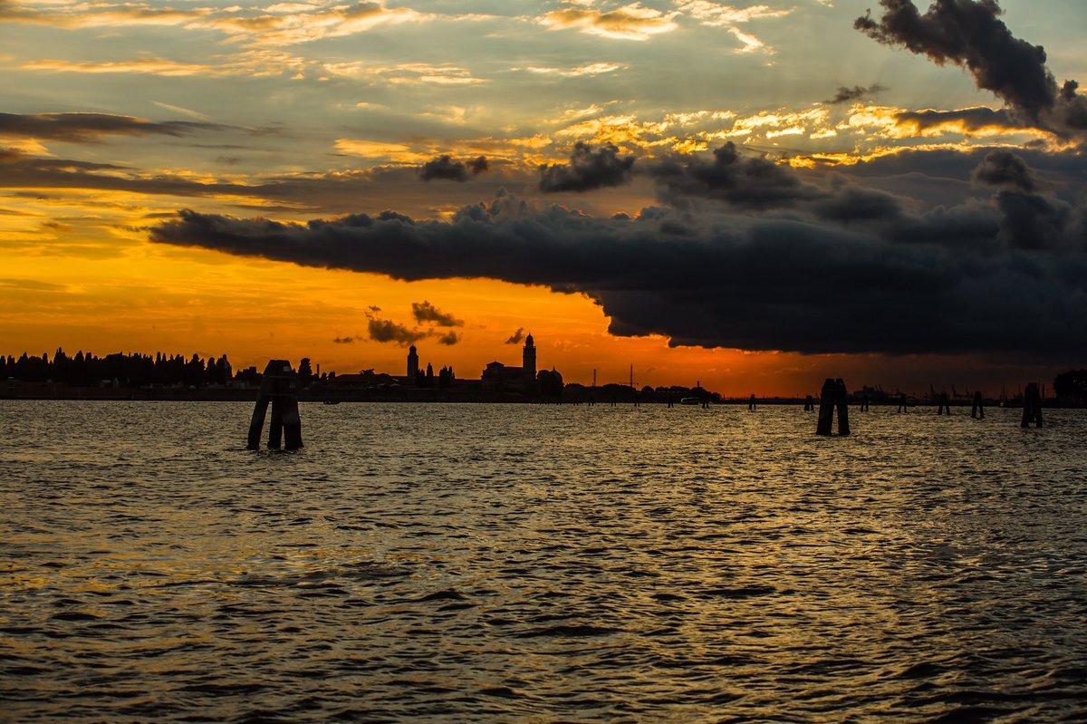 Darkness on the edge of town...#photography #Venice #Veneziapic.twitter.com/JkyyNvS6bP