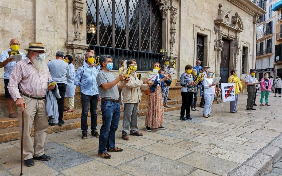 136a setmana Música per la Llibertat a la plaça de Cort de Palma. #LlibertatPresosPolítics #Arruixborbons #FreeValtònyc #Altsasu  #Palma https://t.co/y9Gtb7MQMc