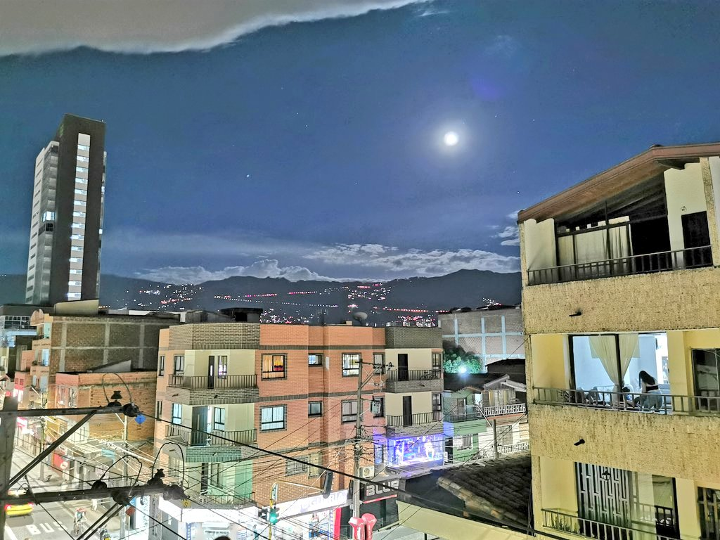 Cómo sos de coqueta mi ciudad hermosa ❤️❤️❤️✨ #Medellin #itagui #jueves #night