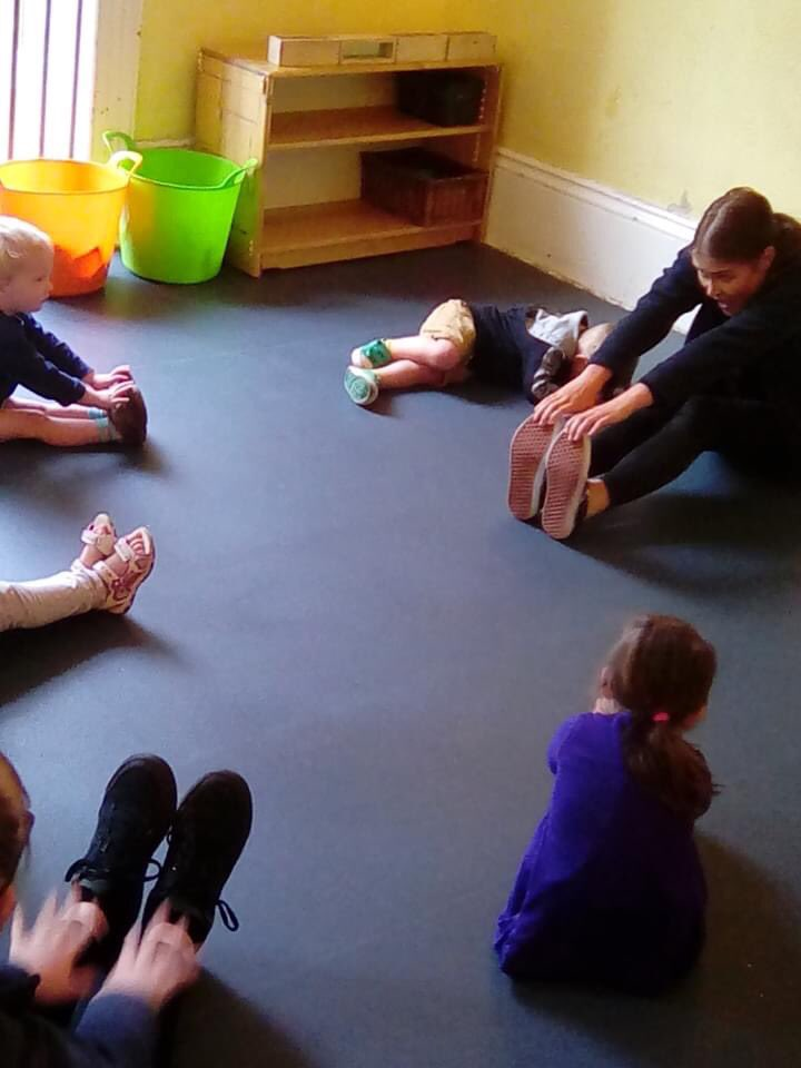 Taking care of our physical wellbeing with a bit of yoga this morning 🧘🏽♀️ #letsgetphysical #yoga #earlyyears https://t.co/QXIrjWrxj9