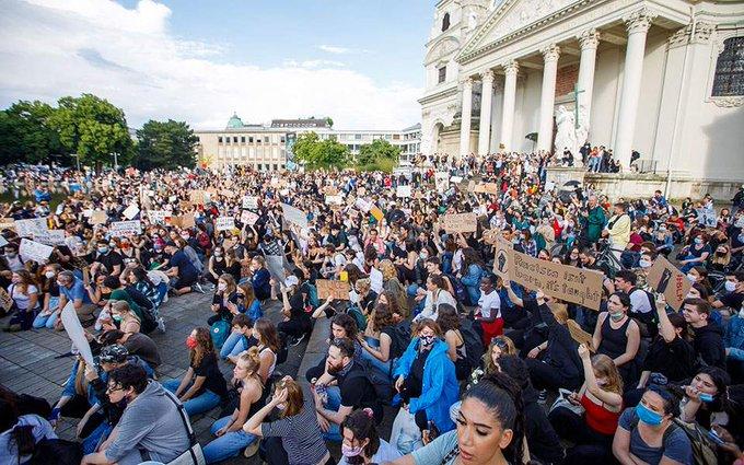 Εντυπωσιακή αντιρατσιστική διαδήλωση στη Βιέννη, με πάνω από 50.000 διαδηλωτές