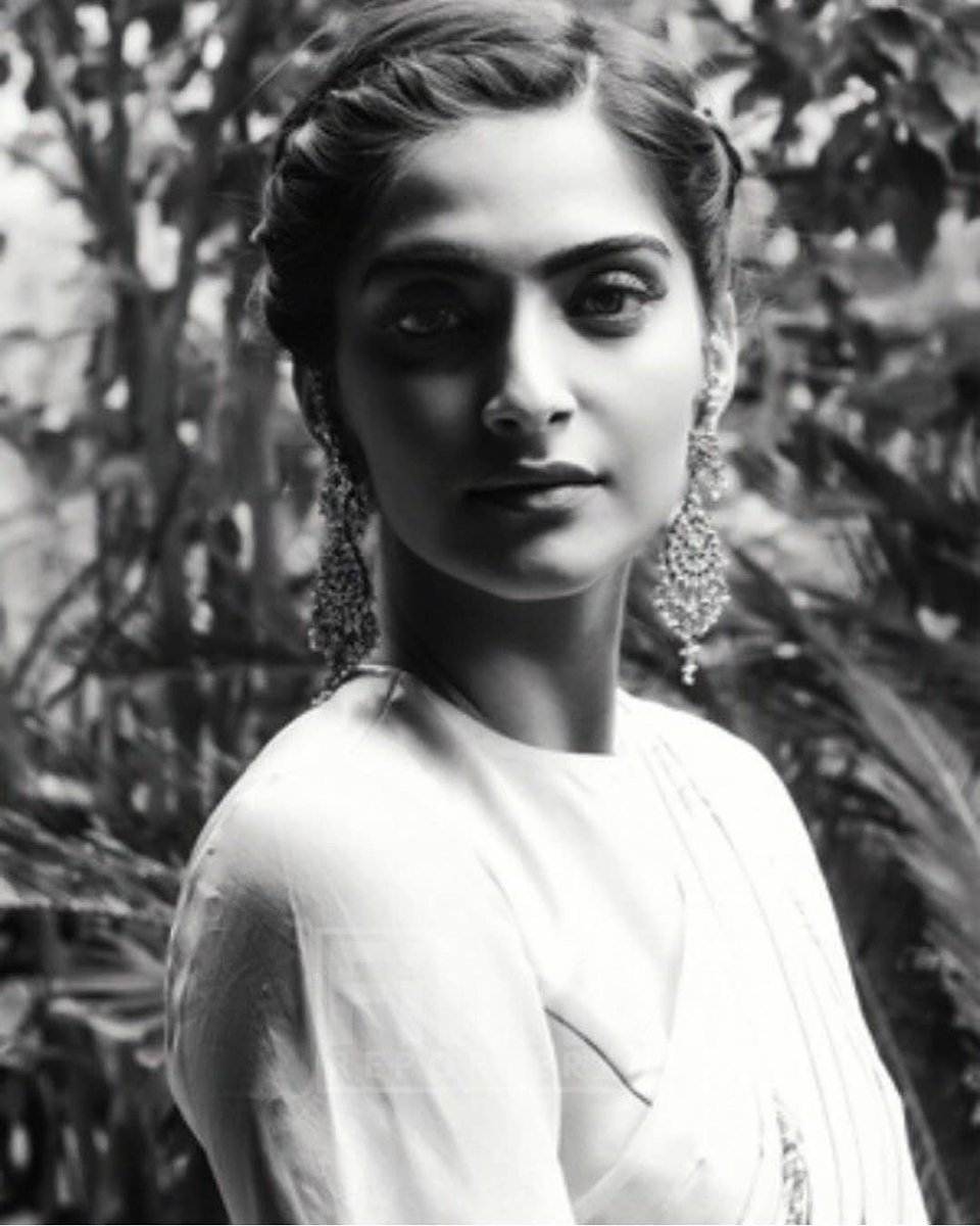 @sonamakapoor looks like a gorgeous yesteryear actress in this retro style click! . #TheFilmyReporter #FilmyReporter #TFR #TFRBuzz #TFRIndia #Bollywood #sonamkapoor https://t.co/QIWS8rr3PH