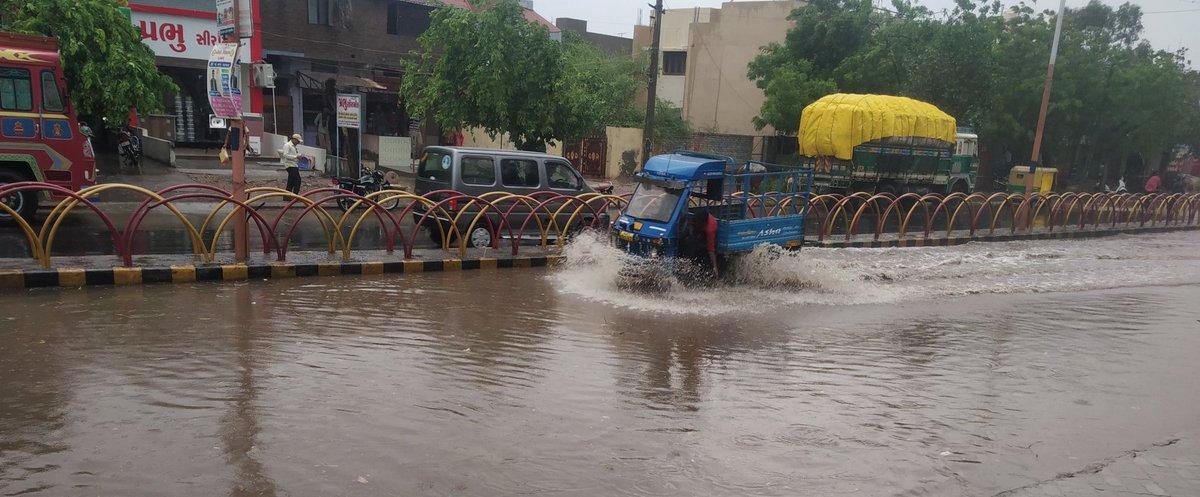 #surendranagar #Ratanpar #rain #live #update #exclusive @NavkarNews #સુરેન્દ્રનગર શહેર ના રતનપર જોરાવરનગર વિસ્તારમાં ભારે પવન ના તોફાન સાથે વરસાદ નુ ઝાપટું ખાબક્યુ.. ક્યાંક ક્યાંક ઝાડની ડાળીઓ તૂટી ને રોડ પર પડેલી જોવા મળી હતી તો ક્યાંક રોડ પર પાણી ભરાઈ ગયા હતા.  5:30 pm લાઈવpic.twitter.com/PpKOZFcFNx
