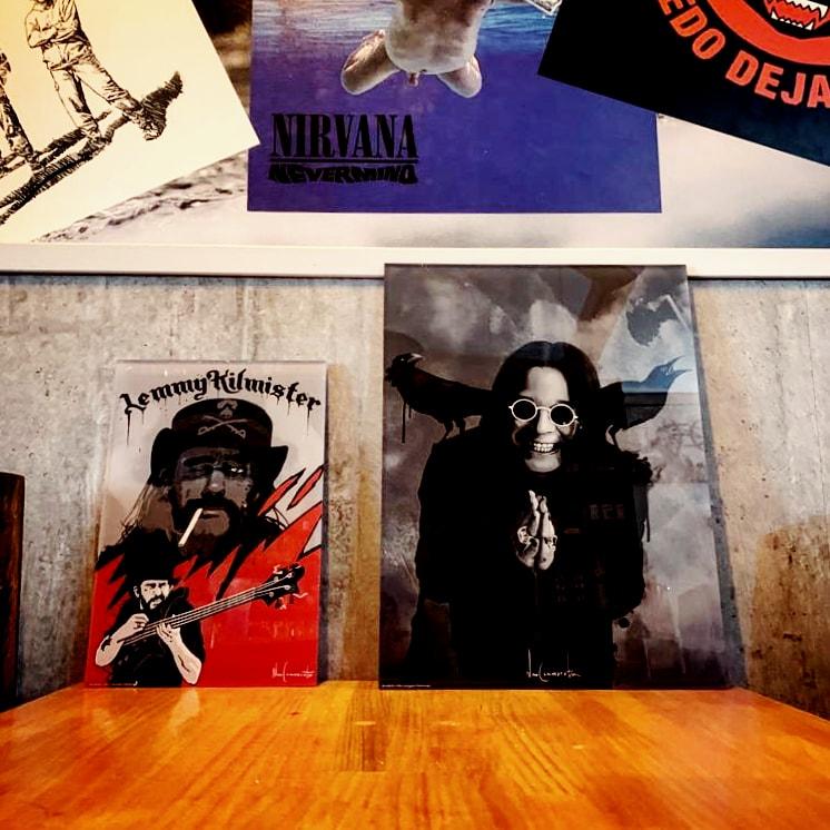 NO DEJAN DE LLEGAR SORPRESAS   Cómo está quedando nuestro pequeño Hall Of Fame Si hay dos pilares del Heavy Metal esos son Lemmy Kylmister @myMotorhead y @OzzyOsbourne    Y YA ESTÁN AQUÍ  #YaNoQuedaNada #MedinadeRioseco  Diseño e impresión @Posterlounge  pic.twitter.com/KoCpHSitGB