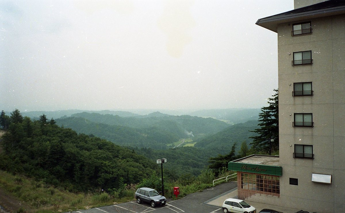View from the hotel room Yonezawa (09.1997) @EMULSIVEfilm From the rediscovered negatives of my holidays in Japan  Fujifilm C200 #fujifilm #fujic200 #believeinfilm #filmcommunity #colorfilm #35mm #ShootFilmBeNicepic.twitter.com/cOsaFzbhWU