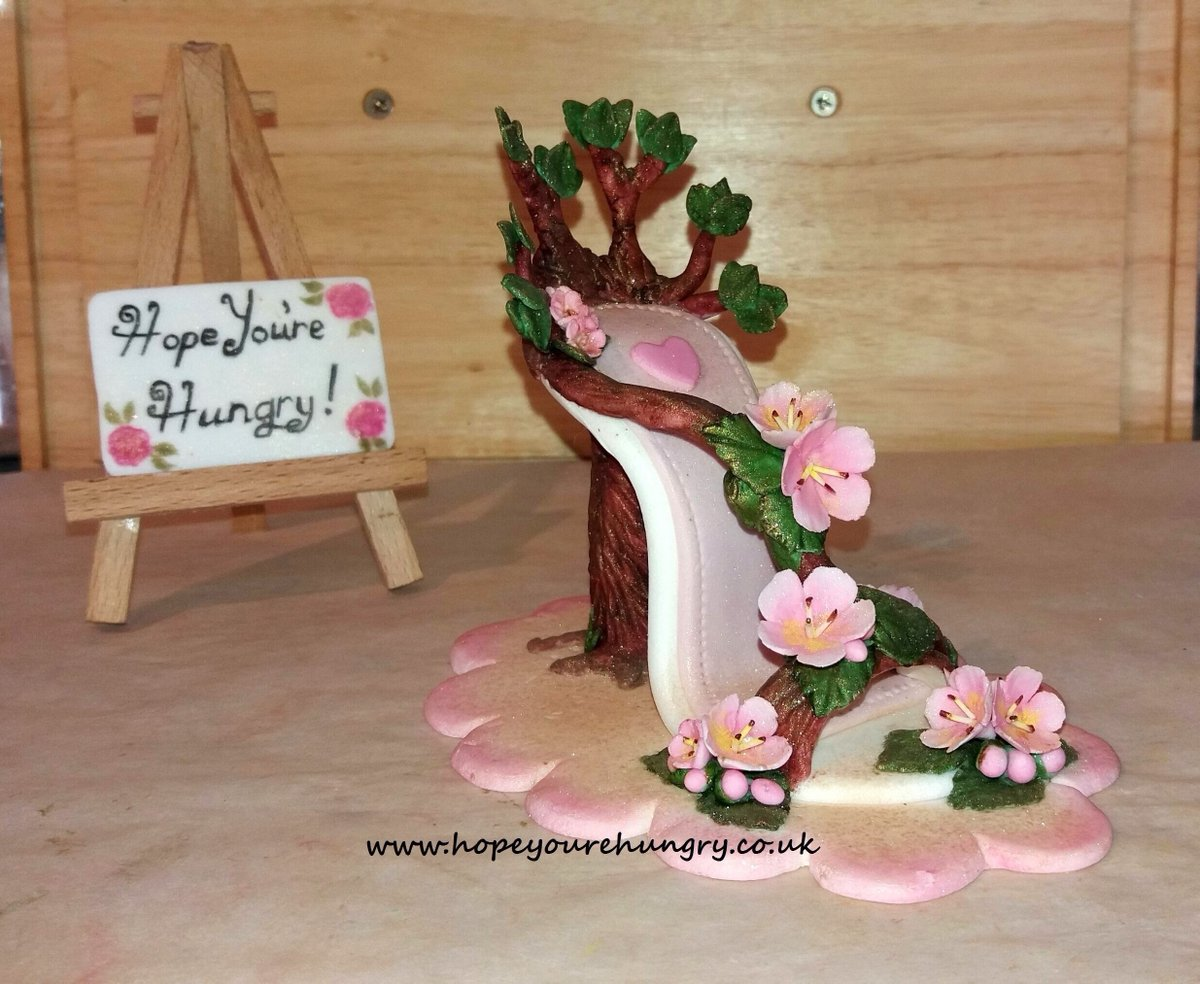 Happy #Friday lovely Hungrys! A little sweetness for your afternoon, because I'm still working on my latest #sugar shoe (I'm getting there). Stay hungry! ;) x #bakeithappen #sugarart #edibleart #handmade #shoes #heels #flowers #roses #blossom #FootwearFriday #homemade #daffodilspic.twitter.com/wfy3N6T5ww