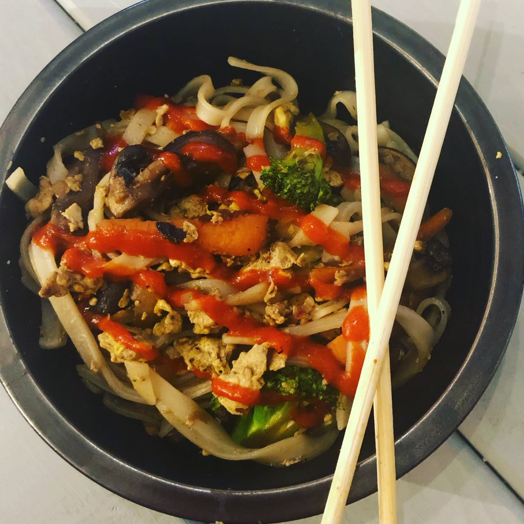 Broccoli, carrot, mushroom, stir fry with rice noodles. Topped with sriracha chili sauce.   It was so good last night that I  had to go for round 2!  #stirfry #stirfryveggies #stirfrynoodles #stirfryrecipe  #ricenoodles #veggiestirfry #calebbrown65bbq #countylinebbq #sriracha https://t.co/Ry8PSTmqHd