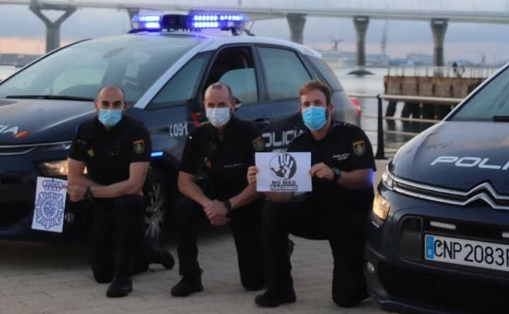 Spanish policemen take a knee #NoMoreRacism https://t.co/JGECEmP55Y