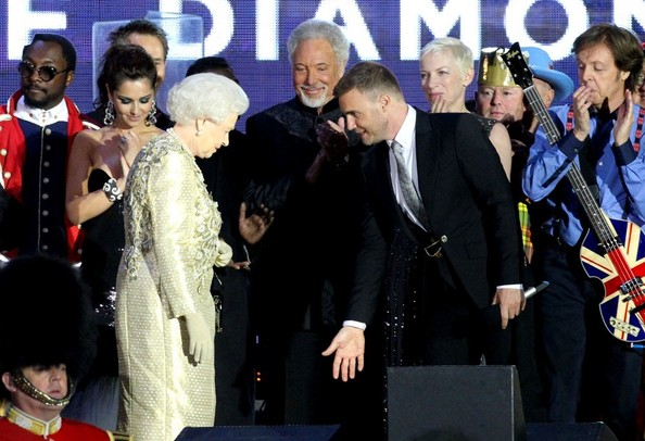 And 35 years later GB@GaryBarlow on stage  with our Queen at her #DiamondJubilee concert which he arranged. pic.twitter.com/JTcVGDRr6d