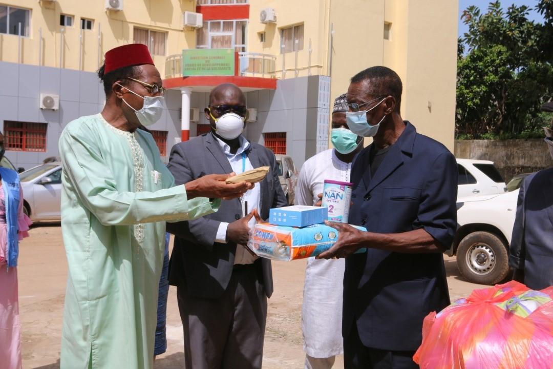 #COVID19, Mois de l'enfant en #Guinee, la Direction Nationale de l'Enfance avec l'appui de @UNICEF a fait un don aux #enfants et  #femmes (enceintes ou allaitantes) en détention à la maison centrale de #Conakry. En savoir plus ici https://t.co/7KvUunqhAE @GouvGN @Min_ASPFE https://t.co/SjWlnb44vR