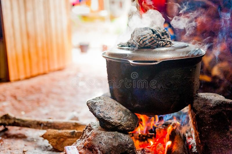 Across the belts of Ghana individuals might be cooking by now. The fire, smoke and aroma emanating from the kitchen tells a lot. Are you cooking or eating? If these uncooked food items can retain the pressure from the fire till they get cooked what about you? pic.twitter.com/M2QCOnTxmP