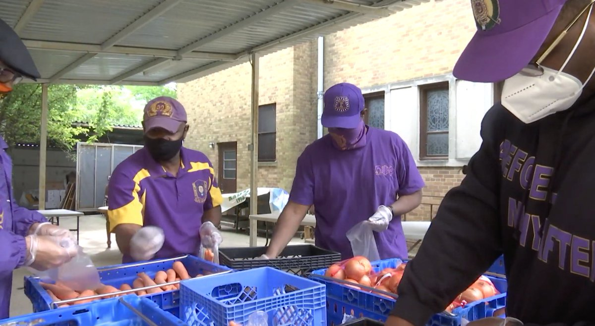 Brothers serve Holy Innocents Food Pantry in East Flatbush, Brooklyn in wake of volunteer shortage due to #COVID19 . Full Story: https://bit.ly/2XEfnmZ  #EpsilonChapter #OmegaPsiPhi #foodbank #Brooklynpic.twitter.com/BUbxODEpQx