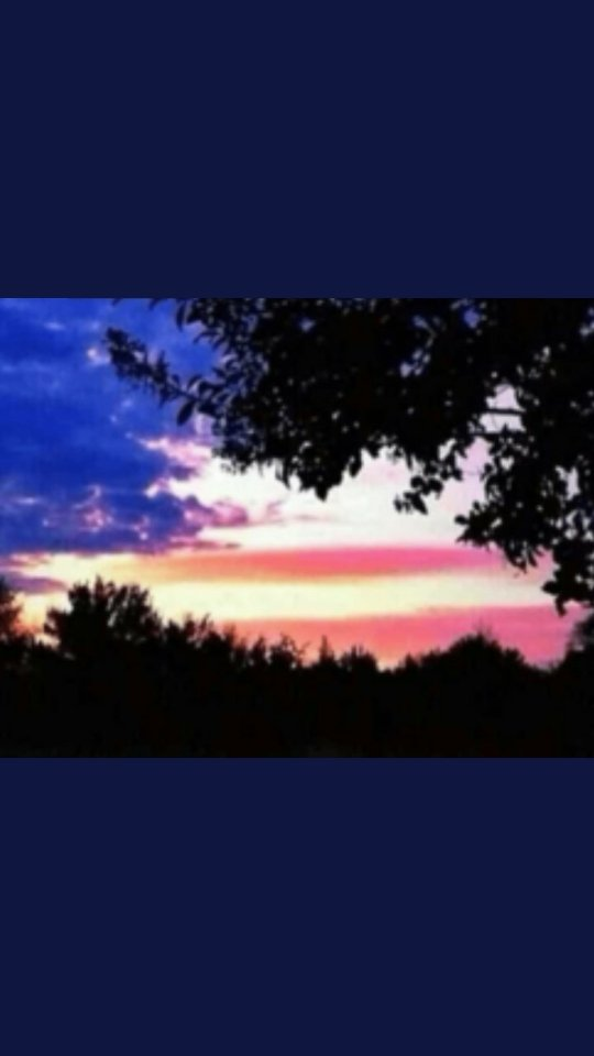 Florida, born and raised! Whether its photo shopped or not, idk. But it's a beautiful American Flag sunset, dont you think? pic.twitter.com/Dv92n8bx1j