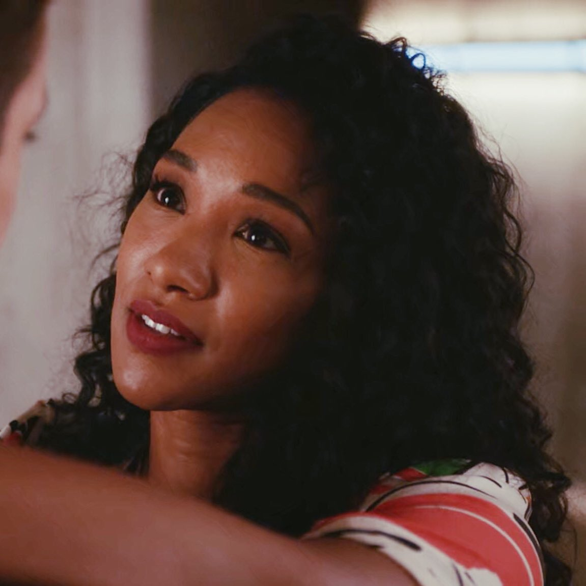@CW_TheFlash @TheCW @FLASHtvwriters @EW sad how yall have made it to where Iris can only have her natural hair be shown in an episode where she's going to vacation therefore making it seem like she wears her curls as a casual look when it should be apart of all her fashion looks. pic.twitter.com/JacMIQMKSV