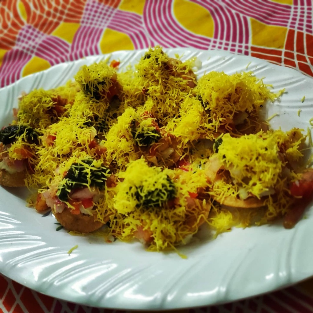 Dinner?  Mumbaiya sevpuri.. It's not me... It's dad who made it  He is also learning from me  #mumbaichat  #foodstagram pic.twitter.com/6sITAMiCVU