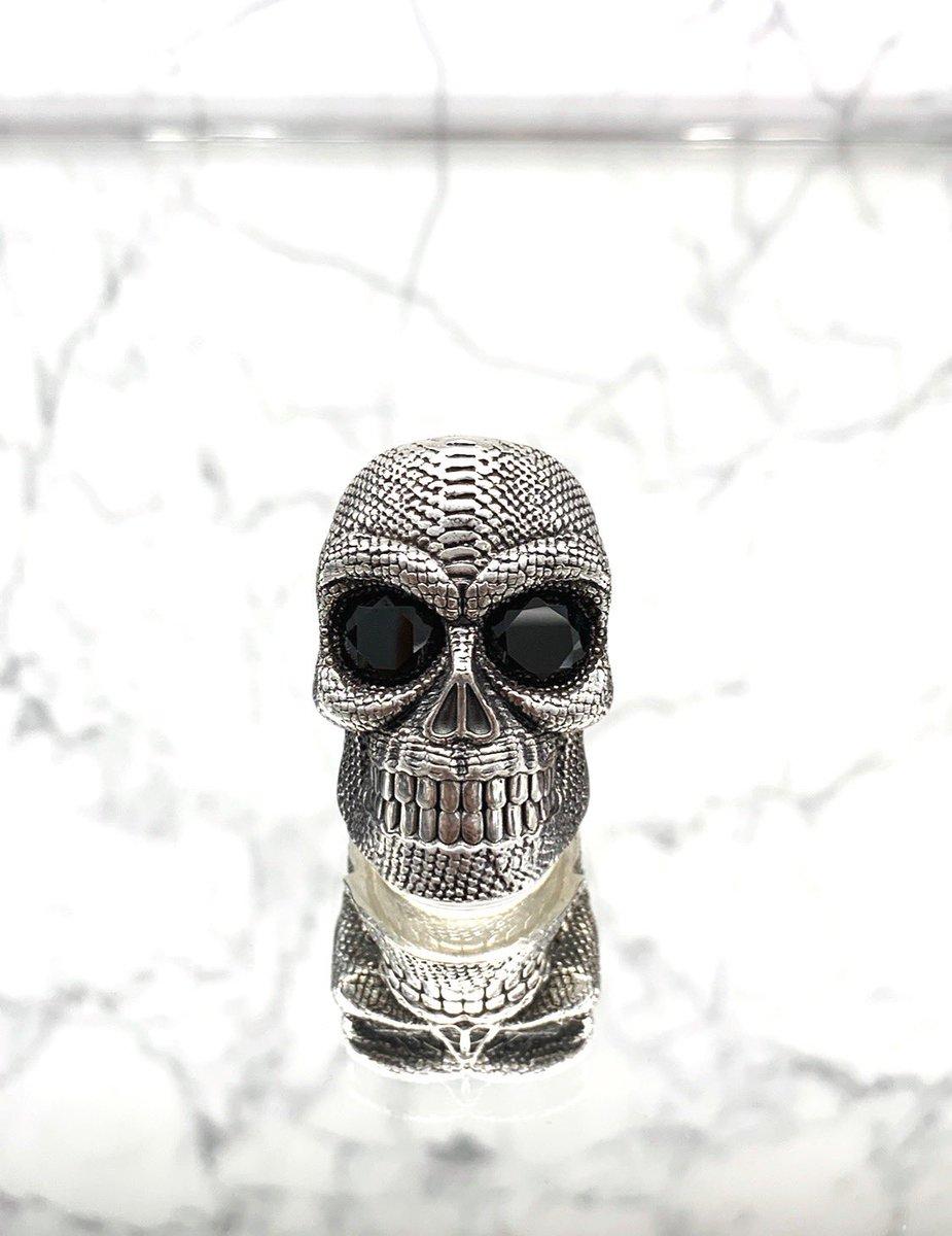 Mirror Mirror On The Wall  SERPENTE Skull Ring @ajtjewellery  http://www.ajtofficial.com   #skull #skullring #snakering #snake #fashionblogger #skullrings #fashionweek #usa #fashionlook #mensstyle #menswear #motorcycle #bodybuilding #mensstyleguide #harleydavidson #ajtpic.twitter.com/UYVEAIrsoD