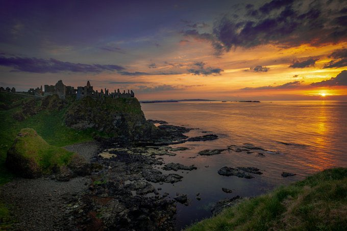 MOUTHWATERING north coast sunset at Dunluce Castle, #CountyAntrim, captured by @WY_Photos   Fun fact: In the 13th century, Richard Óg de Burgh, 2nd Earl of Ulster, built the first castle at Dunluce.  #dunlucecastle #irishsunset #irishcastles #boutyeh #northernireland #got https://t.co/md1Eys5r89