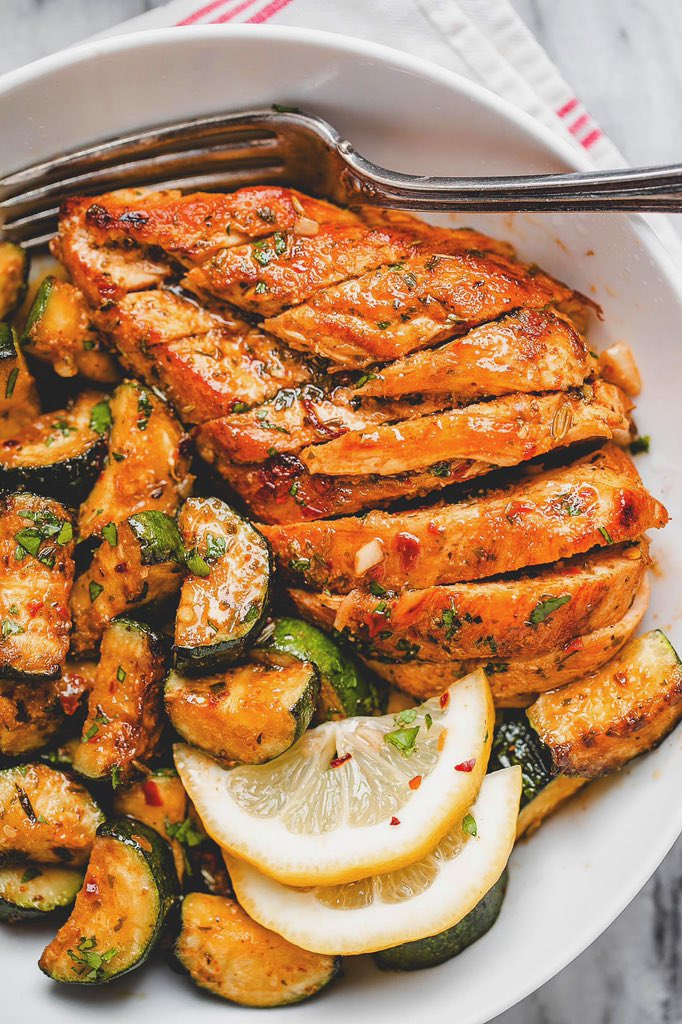 Looking for some delicious low carb dinner options? Give this extremely tasty asado chicken and zucchini #recipe a try❗️🍗🥬🥘😋  #F4L #fitfam #fitness #health #gym #Cooking #nutrition #motivation #blog #foodie #healthy #Inspiration #FridayFeeling #FridayMotivation #diet #BeSafe https://t.co/K8dlmGBPgK