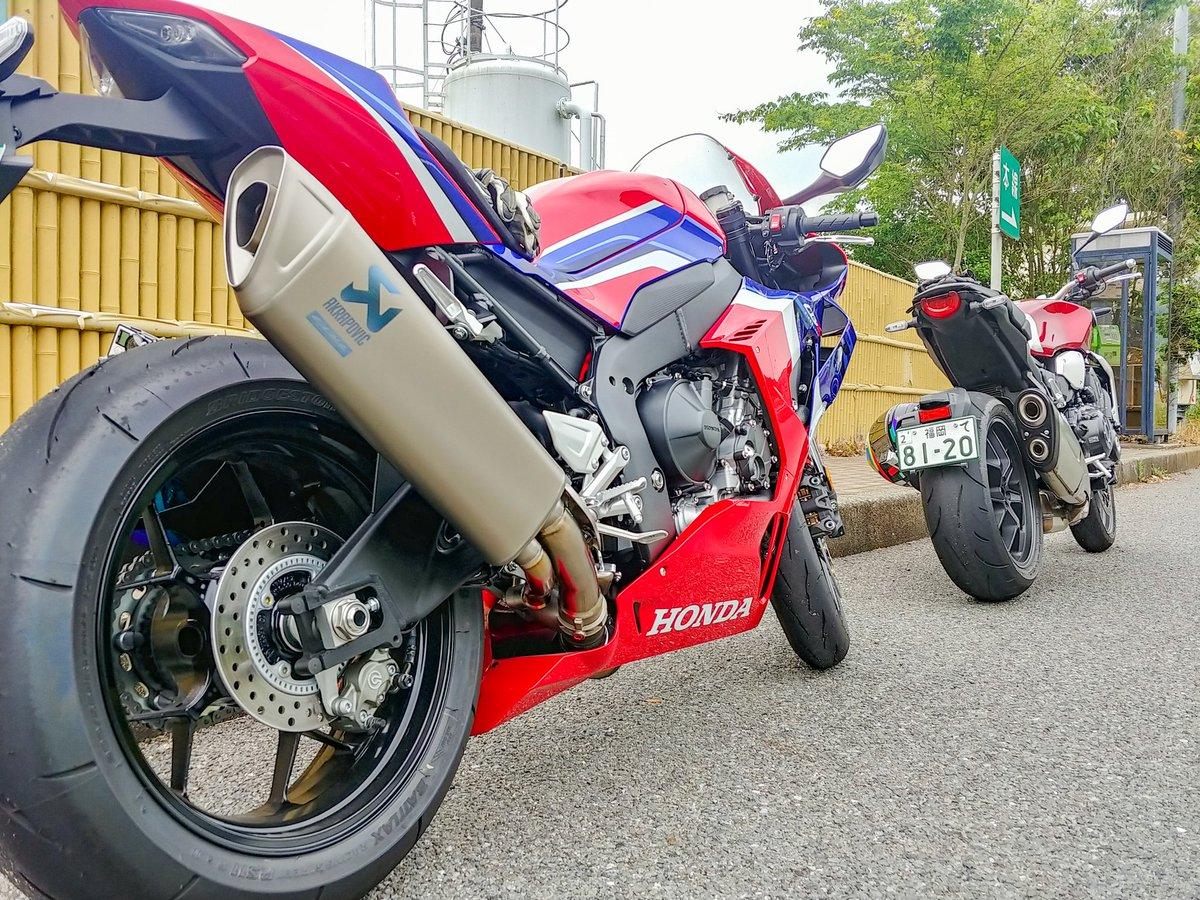 赤いバイクが2台…