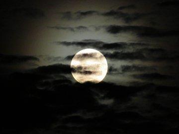 RT @Astronomiaum: A perfeição que estava a Lua cheia hoje mais cedo em noite de Lua cheia. Lindaaaa #OlhemALua https://t.co/xunRgT0shY