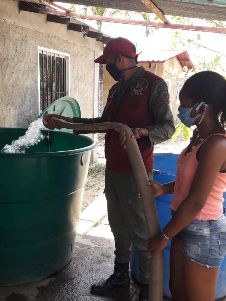 #5Junio    La @ZODIMIRANDA43, y @GNB_Pueblo Río Chico, suministraron agua potable en cacerio las Lapas y parte alta del Jobo. Mcpio Páez Edo Miranda. Con la finalidad de prestar apoyo y seguridad en expendio de agua potable en la comunidad. @NicolasMaduro #GraciaPuebloHeroico