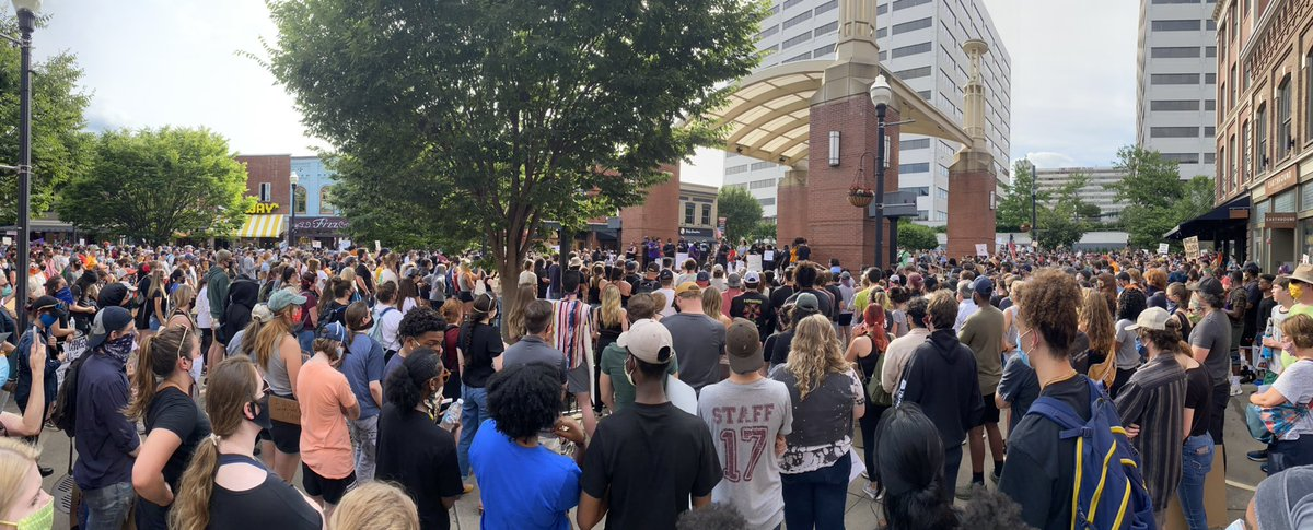 No good way to capture the scope of the crowd tonight in downtown #Knoxville #Blacklivesmatter https://t.co/DAI1ahTWQc