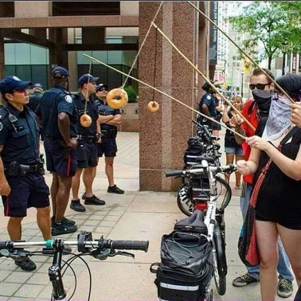 @RexChapman @whitmcmaster that dude and these people (and all the others doing the fishing-for-cops thing with donuts, seen quite a few) are giving me life. world-class trolling as an art form! https://t.co/TZQB7ECblq