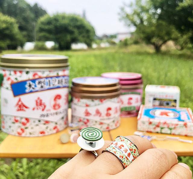 【夏の風物詩】「金鳥の渦巻 蚊取り線香」がリングになって登場!缶ケースリングだけではなく、中身の渦巻線香もリングとなっており、セットで販売される。8月発売予定。