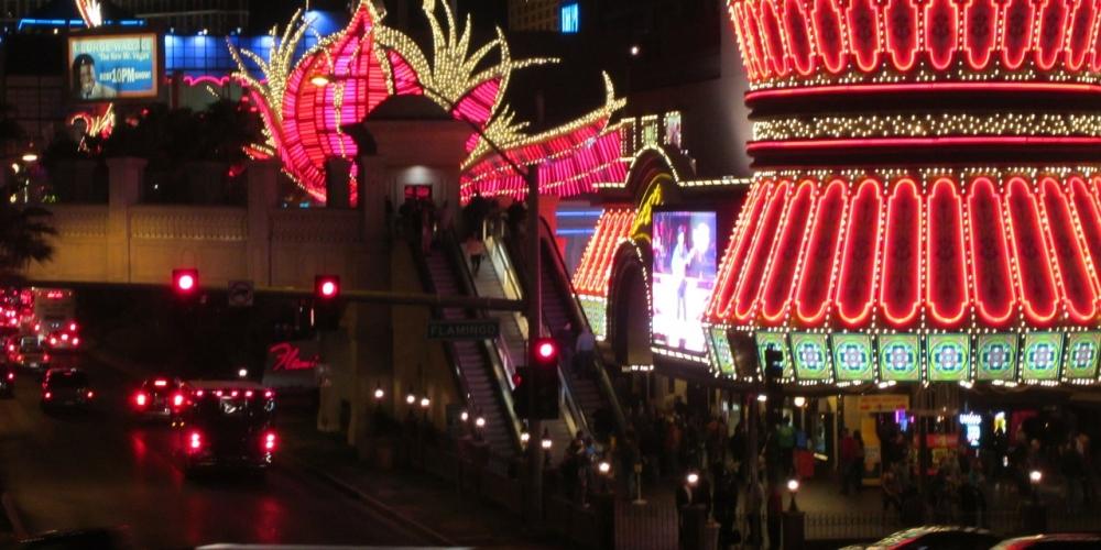 Isn`t it awesome? #las #vegas #strip #flamingo #neon https://t.co/gqLDF1A1Ig https://t.co/a70ntGQ5Kk