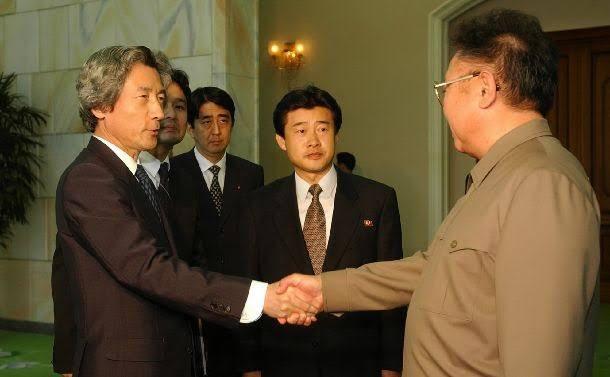 横田滋さんの死去で安倍総理を批判して叩いている人たちへ…安倍総理が北朝鮮に行った時の、この鋭い眼差し。拉致被害者に対しての、この優しい眼差し。拉致被害者に頭を下げる安倍総理の姿。僕は、拉致問題に真剣に取り組んでいる安倍総理のこの姿勢に対して批判なんで出来ないと思う。