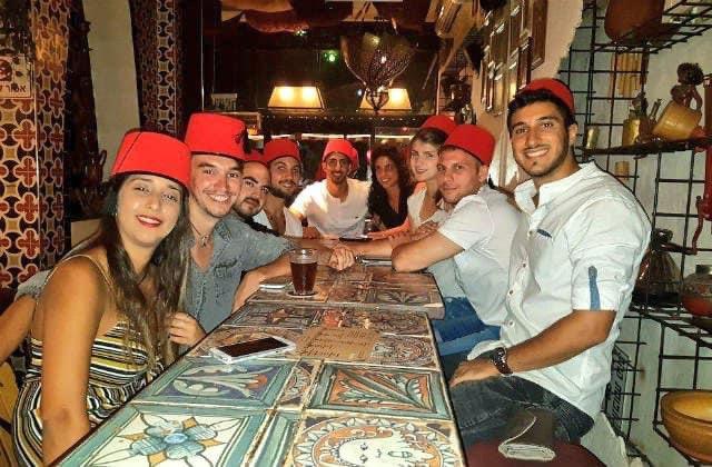 مطعم طنجة في  تل ابيب يستضيف شبيبة اسرائيليين في اجواء مغربية . المطاعم المغربية