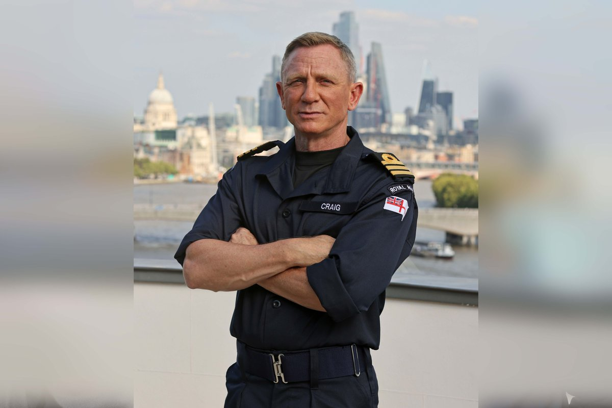 """Welcome to the #RoyalNavy, Commander Daniel Craig! He said: """"I am truly privileged and honoured to be appointed the rank of Honorary Commander in the senior service."""" Read more: ow.ly/8ovm50GfahU"""